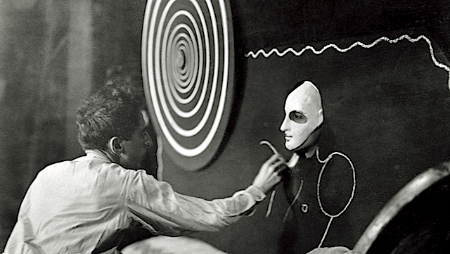 Cocteau applies the finishing touches to cast member Barbette - « Le sang d'un poète »